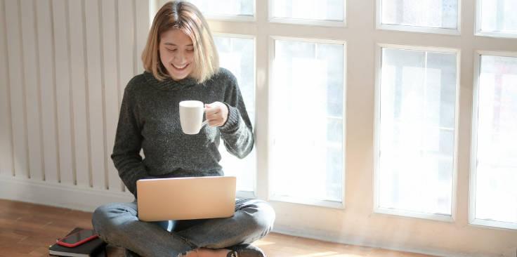 mujer trabajando con marketing cpa